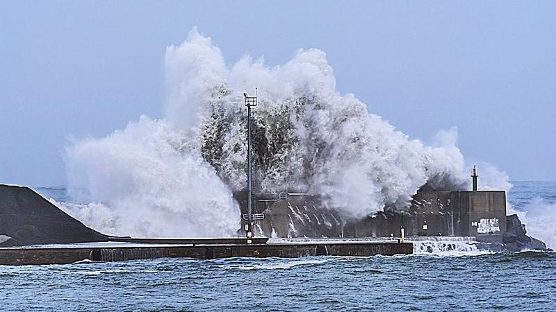 PUERTO EXTERIOR DE A CORUÑA: | Puesto que no sirve para tráficos marítimos regulares, debería ser destinado a la producción de energía de origen mareomotriz y undimotriz; y también, naturalmente, eólica